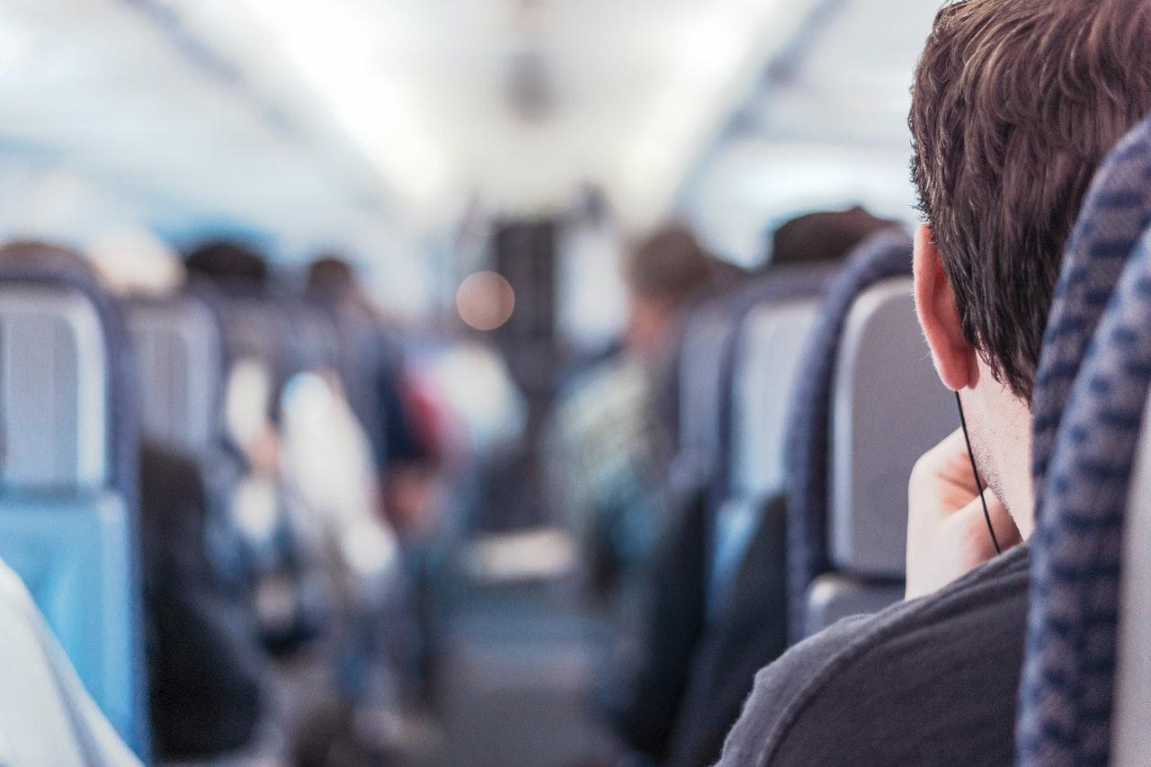 Mand kan se ned ad midten af flyet