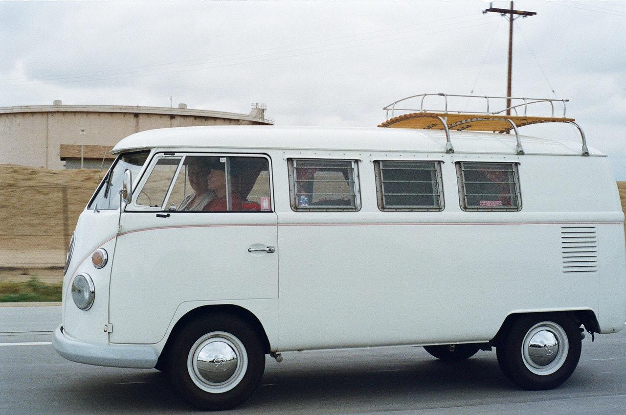 Campingvogn som kører på en vej i gråt vejr