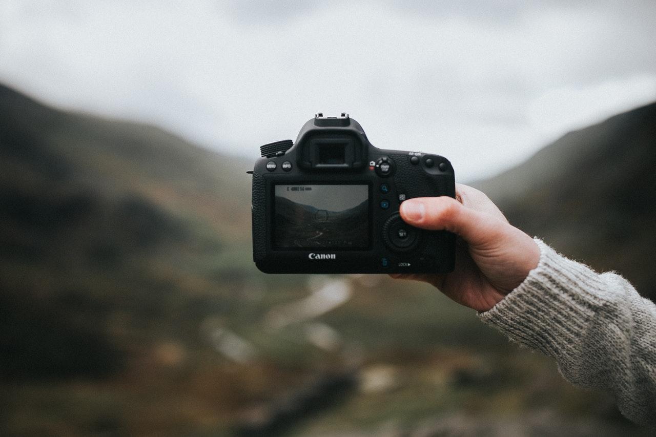 Person har kamera med ude i naturen